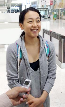 今季初戦のフィンランディア杯を前に成田空港で取材に応じるフィギュアスケート女子の浅田真央=4日