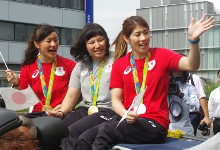 津市で凱旋パレードするレスリング女子の吉田沙保里選手(右)。土性沙羅(中央)、登坂絵莉の両選手も飛び入り参加した=4日午後
