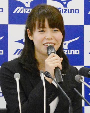 引退表明の記者会見で笑顔を見せる競泳女子の星奈津美=4日、東京都内