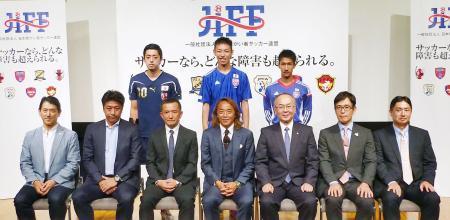協賛する6社の関係者と記念写真に納まる日本障がい者サッカー連盟の北沢豪会長(前列中央)=5日午後、東京都文京区