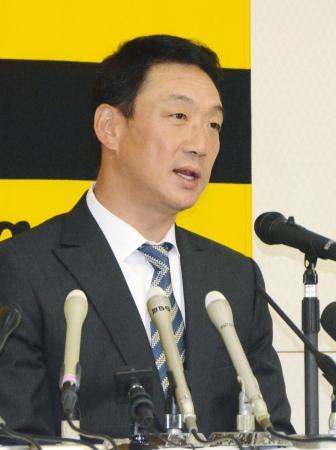 オーナー報告後、記者会見する阪神の金本監督=5日、大阪市の阪神電鉄本社