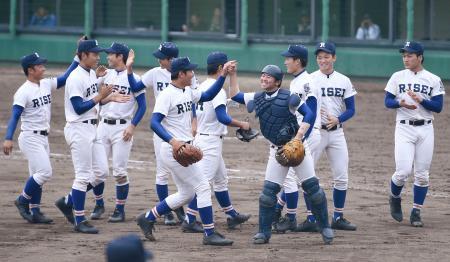 広島新庄を下し優勝を喜ぶ履正社ナイン=岩手県営野球場