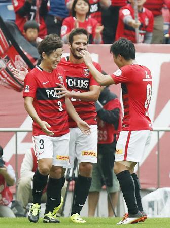 浦和―G大阪 後半、3点目のゴールを決め、ズラタン(中央)らと喜ぶ浦和・宇賀神(左)=埼玉スタジアム