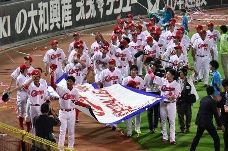 優勝ペナントを手に場内一周し、ファンの祝福に応える広島の選手たち=9月15日、マツダスタジアム