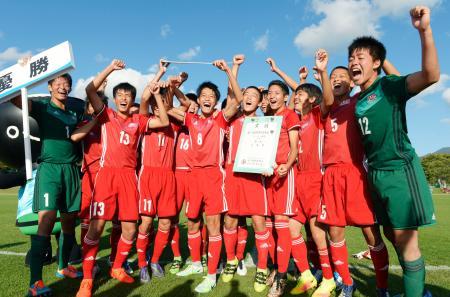 優勝し笑顔で記念写真に納まる広島イレブン=遠野運動公園陸上競技場