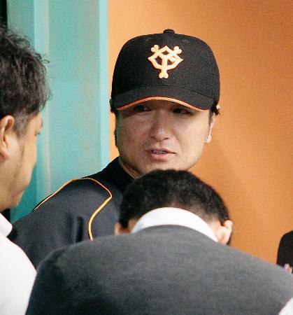 練習終了後、報道陣の取材に応じる巨人・高橋監督=東京ドーム