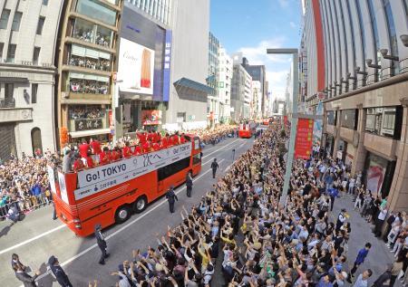 大勢のファンが詰めかける中行われたリオ五輪・パラリンピックのメダリスト合同パレード=7日午前、東京都中央区