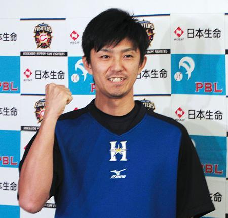 月間MVPに選ばれ、ポーズをとる日本ハム・増井=札幌ドーム