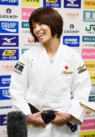 岩手国体柔道会場で行われたイベントに参加し、取材に応じる松本薫=久慈市民体育館