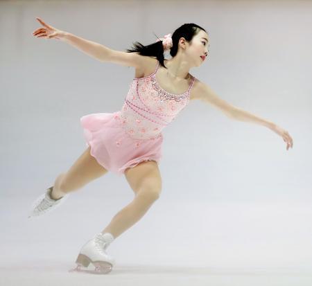 ジュニアの女子SPで首位に立った本田真凜=大阪府臨海SC
