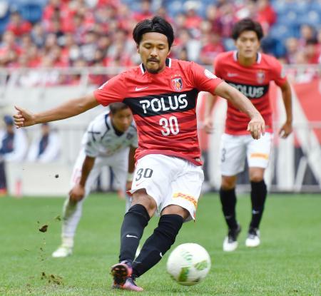 浦和―FC東京 後半、PKでハットトリックを決める浦和・興梠=埼玉スタジアム