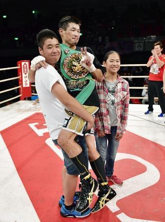 世界王座に返り咲き、家族と喜び合う長谷川穂積(中央)=エディオンアリーナ大阪