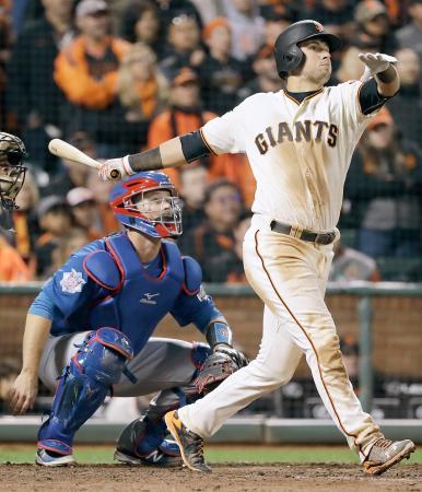 カブス戦の13回、右越えにサヨナラ二塁打を放つジャイアンツのパニック=サンフランシスコ(AP=共同)