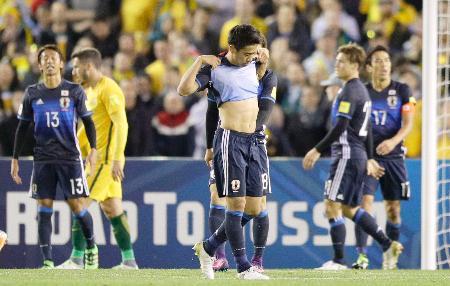 サッカーW杯最終予選でオーストラリアと引き分け、肩を落とす香川(中央)ら日本イレブン=11日、メルボルン(共同)