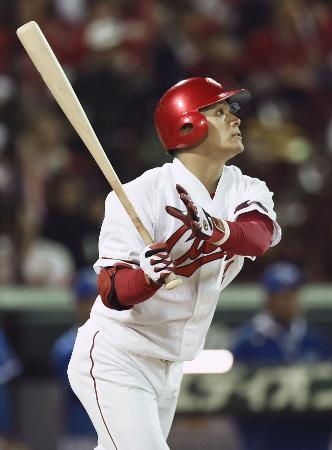 8回広島無死、田中が右越えに本塁打を放つ=マツダ