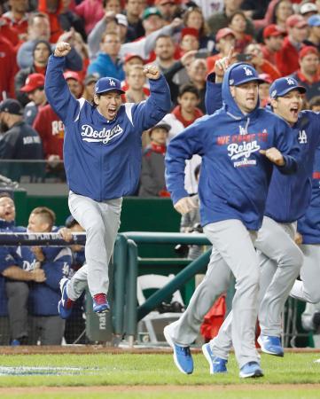 ナショナルズに逆転勝ちでリーグ優勝決定シリーズ進出を決め、ジャンプして喜ぶドジャース・前田(左)=ワシントン(共同)