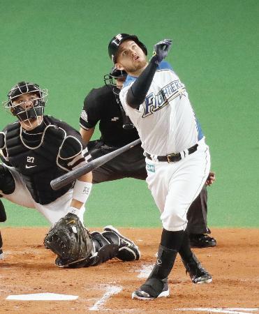 1回日本ハム2死一、二塁、レアードが左越えに3ランを放つ。捕手細川=札幌ドーム