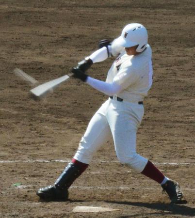 日大一戦の8回、高校通算74号本塁打となる2ランを放つ早実・清宮=立川市営球場