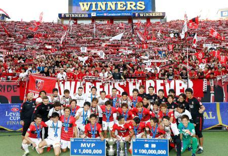 13年ぶり2度目の優勝を果たし、サポーターと記念撮影する浦和イレブン=埼玉スタジアム