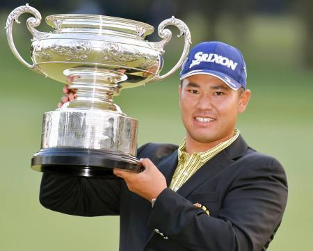 ゴルフの日本オープン選手権で初優勝を果たし、笑顔でカップを手にする松山英樹=16日午後、埼玉県の狭山GC