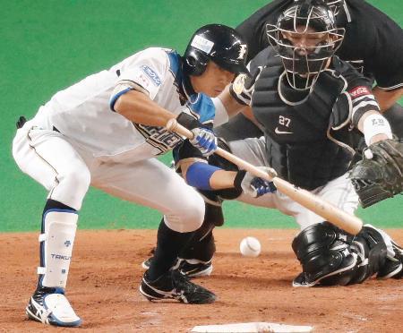 4回日本ハム1死二、三塁、中島が投前に勝ち越しのスクイズを決める。捕手細川=札幌ドーム