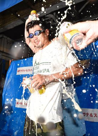 WBCスーパーバンタム級の王座奪取を祝うビールかけ大会で、祝福される長谷川穂積選手=17日、神戸市