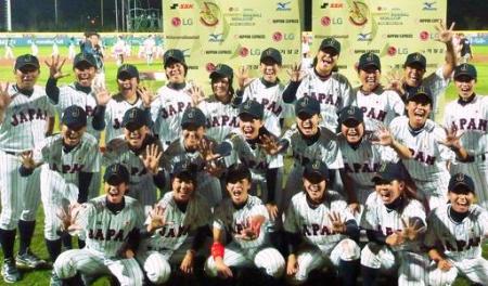 女子野球W杯で5連覇を達成し、記念撮影する日本代表=釜山(共同)