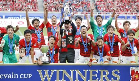 13年ぶり2度目の優勝を果たし、喜ぶペトロビッチ監督(中央)と浦和イレブン=埼玉スタジアム