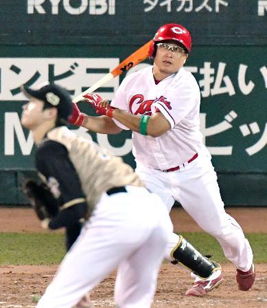 4回広島無死、松山が右中間に本塁打を放つ。投手大谷=マツダ