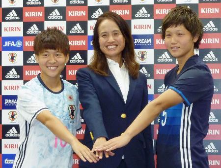 サッカーU―20女子W杯パプアニューギニア大会の日本代表を発表し、記念撮影する(左から)籾木、高倉監督、乗松=24日午後、東京都文京区の日本サッカー協会