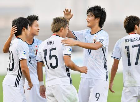 日本―タジキスタン 前半、チーム2点目のゴールを決めた堂安(左から3人目)を祝福する先制ゴールの小川(同4人目)=マナマ(共同)