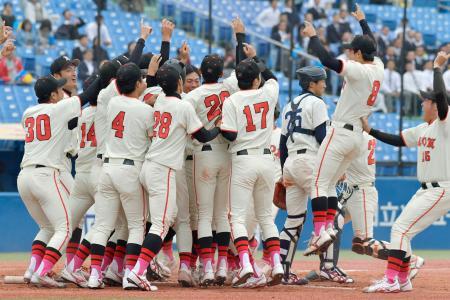 東洋大をサヨナラ勝ちで制し、優勝を喜ぶ日大ナイン=神宮球場