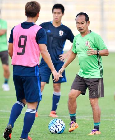 準決勝のベトナム戦に向けた練習で指導するU―19日本代表の内山監督(右)=マナマ(共同)