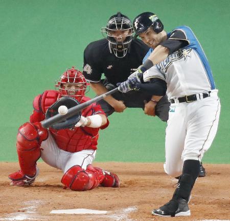 8回日本ハム2死一塁、レアードが中越えに勝ち越し2ランを放つ。捕手石原=札幌ドーム