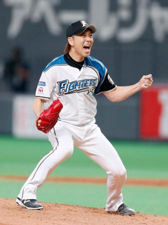 9回2死満塁のピンチで、広島・丸を空振り三振に仕留め試合終了となり、ガッツポーズする日本ハム・宮西=札幌ドーム