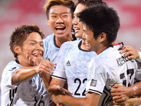 日本―ベトナム 前半、先制ゴールを決め、祝福される岸本(右端)=マナマ(共同)