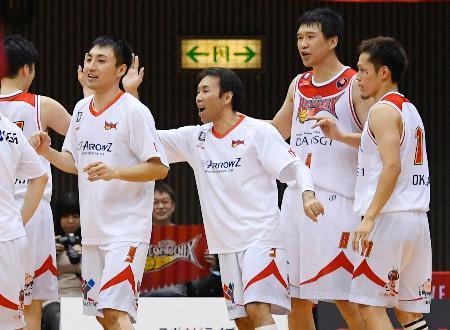 川崎に勝利し喜ぶ三遠の選手たち=川崎市とどろきアリーナ