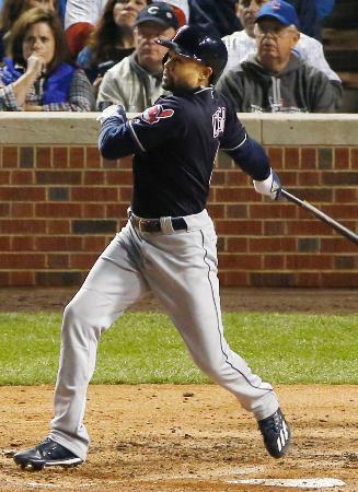 カブス戦の7回、代打で先制打を放つインディアンスのクリスプ=シカゴ(共同)