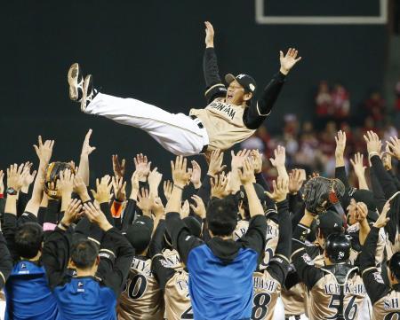 プロ野球日本シリーズ第6戦で、広島を破り前身の東映時代を含めて10年ぶり3度目の日本一となり、胴上げされる日本ハムの栗山英樹監督=29日、広島市のマツダスタジアム