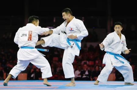 団体形の男子決勝で演武を披露する日本=リンツ(共同)