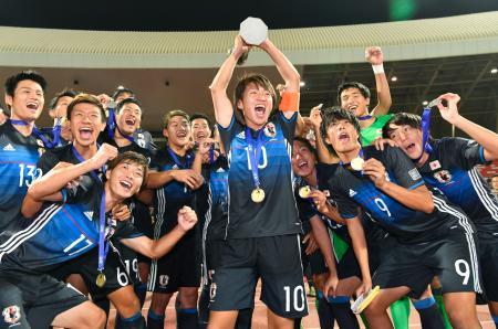 サッカーのU―19アジア選手権で初優勝し、トロフィーを掲げ大喜びの坂井(10)、小川(9)ら日本代表イレブン=マナマ(共同)