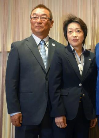 日本自転車競技連盟の新選手強化委員長に就任した中野浩一氏。右は橋本聖子会長=31日午前、東京都千代田区