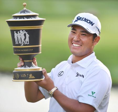 ゴルフのHSBCチャンピオンズで世界選手権シリーズの日本勢初優勝を果たし、笑顔でトロフィーを掲げる松山英樹=30日、上海のシャ山国際GC(共同)