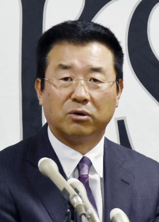 ソフトバンクのヘッドコーチ就任の記者会見で、抱負を語る達川光男氏=31日、宮崎市