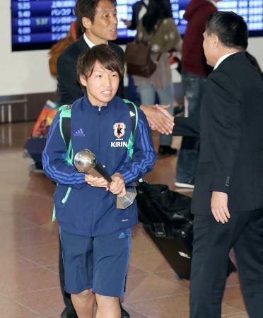 トロフィーを手に羽田空港に到着したサッカーU―19日本代表主将の坂井=31日夜