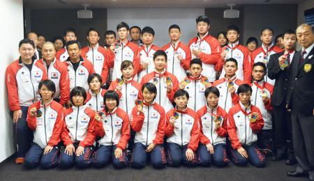 羽田空港に帰国し、写真に納まる空手日本代表=1日