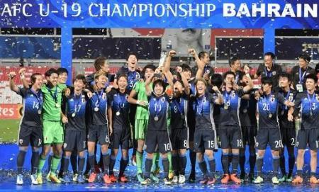 サッカーのU―19アジア選手権でサウジアラビアを破り初優勝し、トロフィーを掲げて喜ぶ坂井大将選手(10)ら日本代表イレブン=10月30日、バーレーン・マナマ(共同)