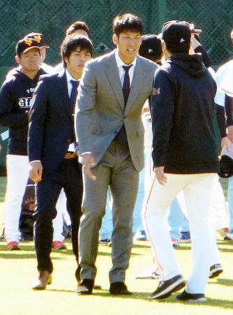 日本ハムへのトレードが決まり、巨人・高橋監督(右端)にあいさつする大田=川崎市のジャイアンツ球場
