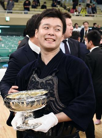 初優勝を果たし、笑顔の勝見洋介=日本武道館