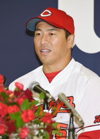 今季限りで現役を引退し、記者会見する広島の黒田博樹投手=4日、広島市のマツダスタジアム